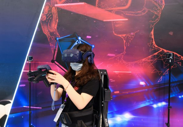A visitor plays a VR game via 5G-powered devices at the 10th Smart City and Intelligent Economy Expo in Ningbo, east China's Zhejiang Province, Sept. 11, 2020.