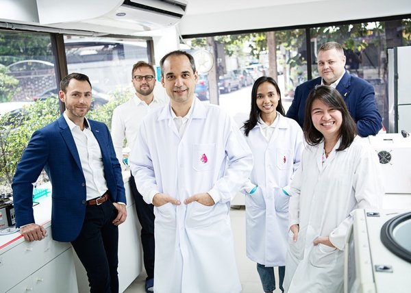 X-ZELL Founder & CEO, Dr Sebastian Bhakdi (centre), and his international leadership team are committed to making affordable early cancer detection available to everyone.