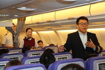 歌唱家范竞马在首航航班上为旅客献上雅歌演唱