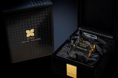 Lite Attars系列香水被装在15毫升玻璃瓶中,并在奢华的天鹅绒盒子中进行展现