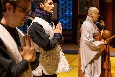 参加佛教法师主持的礼佛仪式