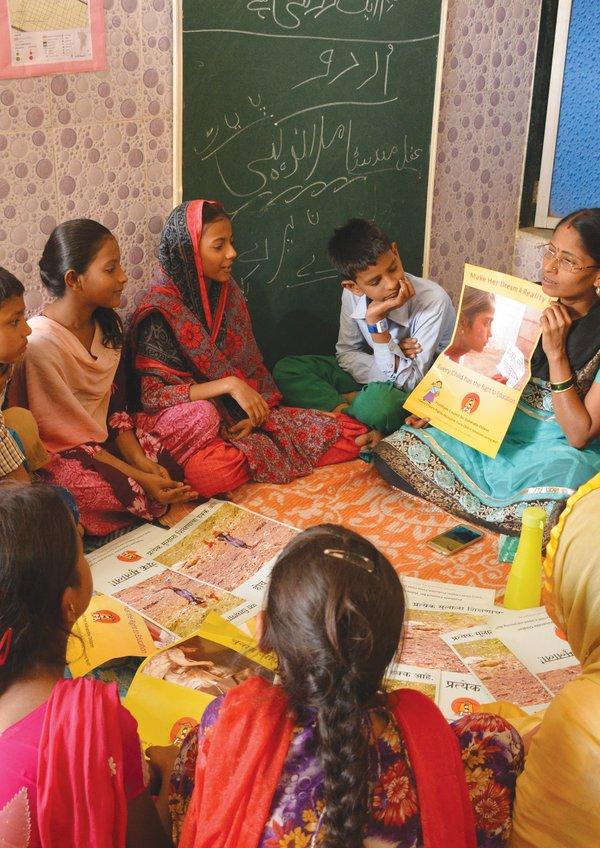 伯樂林教育基金會透過學習營教導印度貧困兒童基本讀寫和數學能力。