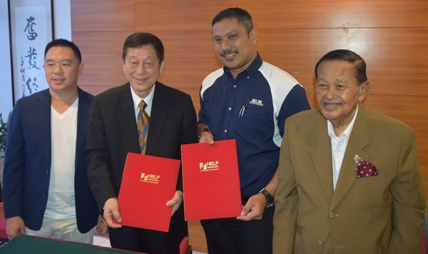 From left to right: Executive Director of HELP University, Mr. Adam Chan and its President and Vice-Chancellor, Professor Datuk Dr. Paul Chan, Max Capital Management Holding Ltd's Group CEO, Adj. Prof. Maxshangkar, and Tan Sri Yahaya Ibrahim, the Malaysian
