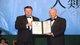 """董建华先生向世界气象组织秘书长佩特里.塔拉斯教授颁""""人类福祉奖""""。"""