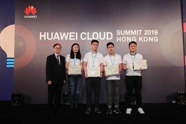 Dr. David Chung, Under Secretary for Innovation and Technology, Hong Kong SAR, presented the certificate to the winning team of the HUAWEI CLOUD AI Developer Contest.