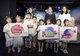 王锐女士及爱心大使携小朋友们展示现场画作
