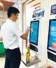 顾客正在使用自助收银机