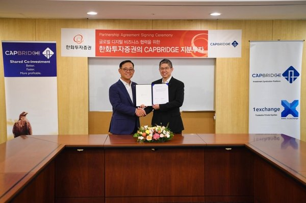 L: Kwon Hee-baek, CEO of Hanwha Investment & Securities, R: Johnson Chen, founder and CEO of CapBridge, at the partnership agreement signing ceremony in Seoul, South Korea