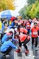 蹲下为跑者喷喷雾是每个站点医疗人员常见的动作。