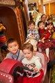 香港置地執行董事周明祖先生與一眾聖誕小熊村莊村民聚首於聖誕市集與眾同樂。