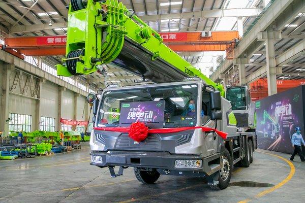 中联重科下线全球首台纯电动汽车起重机