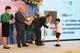 深圳南山国王学校首届幼儿园毕业典礼。每个孩子都落落大方地走上台,与Geoff校长握手,并礼貌地接过园长手中的毕业证书及礼物。