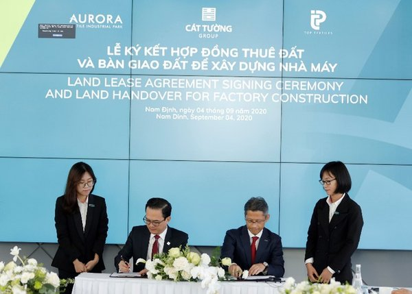 Mr. Tran Quoc Viet - Chairman of the Board cum General Director of Cat Tuong Group(left) and Mr. Tetsuya Fujimoto - Director of Public Affairs of Top Textile Co., Ltd (right)signing the land lease agreement