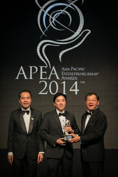 Inset: Ivan Teh, Fusionex Managing Director (Middle) receiving the Most Outstanding Entrepreneur Award from Tan Sri Datuk Seri Dr. Fong Chan Onn, Chairman of Enterprise Asia (right), together with Dato' William Ng, President of Enterprise Asia (left) at the prestigious 2014 APEA Awards Ceremony held at the Grand Hyatt, Kuala Lumpur.