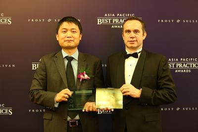 (Left) Huawei Vice President of Southern Pacific Enterprise Solution Sales, William Dong receiving the Awards from Andrew Milroy, Senior Vice President, Frost & Sullivan.