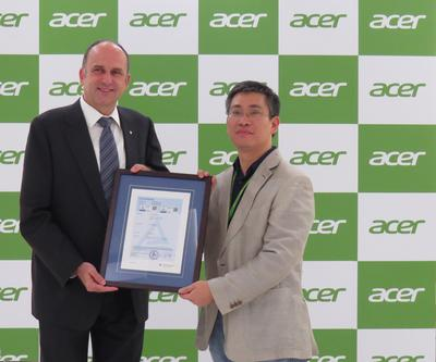 Uwe Halstenbach, Vice President, Electrical, TUV Rheinland Greater China presented  Low Blue Light Certificate to Victor Chien, Display General Manager, Acer Inc.