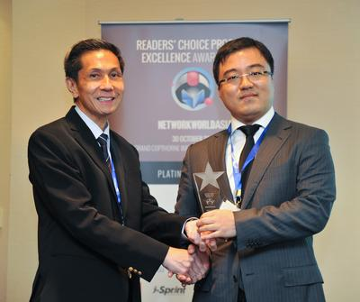 (Right) Mr. Benson Fei, Country Head, Huawei Enterprise, Singapore, receiving the awards from Dr John Kan, CIO of Agency for Science, Technology and Research (A*STAR).
