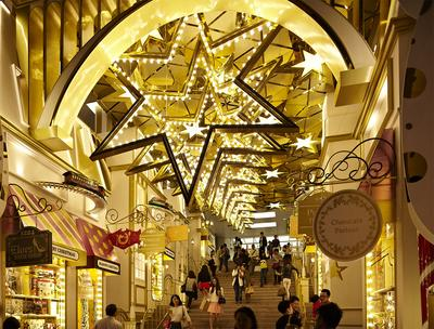 The staircase ceiling will be fully covered with giant hexagonal stars and star-shaped lights that creates a giant 3-dimensional Christmas star in the sky