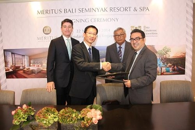 Pictured centre (L-R): Meritus Hotels & Resorts COO Tan Choon Kwang with Director of PT. Bali Seminyak Sejahtera, Ricky Thomasia Naro, at the signing ceremony. Looking on are Meritus Hotels & Resorts Regional VP Andrew Hickey and PT. Bali Seminyak Sejahtera Shareholder, I Nyoman Retha Aryana.