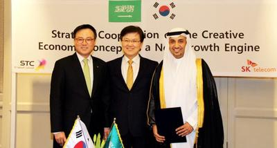 Jang Dong-hyun (left), President and CEO of SK Telecom, signs MOU on behalf of SK Telecom with Emad A. Al Aoudah, acting CEO of STC, on behalf of STC, on March 4, 2015 at the Four Seasons Hotel Riyadh in attendance of high ranking government officials, including Choi Yang-hee (center), Minister of Science, ICT and Future Planning of Korea. Under the R&D MOU, both companies will benchmark 'SK Creative Economic Innovation Center' with the aim to develop new growth businesses.