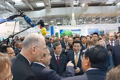 Deputy Prime Minister Ma Kai (left) and MIIT Minister Miao Wei (right) visit the TCL booth