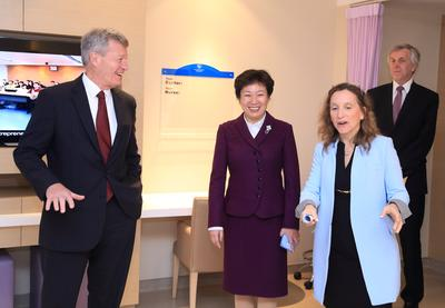 A tour of Qingdao United Family Hospital's international-standard facilities. (Given by United Family Healthcare Board Chair Roberta Lipson (right) to U.S. Ambassador Max Baucus (left) and Qingdao Vice Mayor Luan Xin (center))