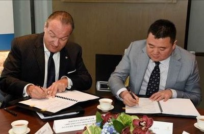 Pan Pacific Hotels Group CEO Bernold Schroeder (left) and Huitong Investments Chairman Yu Dongxiao (right) at the signing ceremony for Pan Pacific Beijing