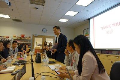 李锦记美洲总裁胡志成(中)介绍李锦记在美国与餐饮业的合作情况