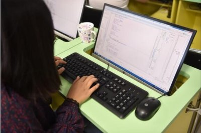 达内教育学生使用惠普迷你电脑学习