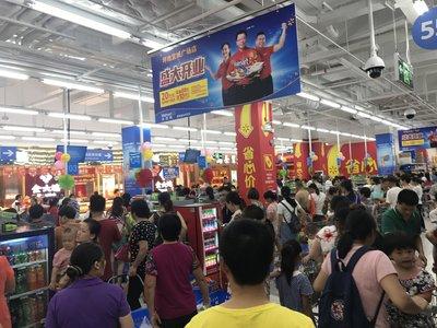 沃尔玛深圳坪地宜城广场店今日开业,吸引很多顾客到店消费