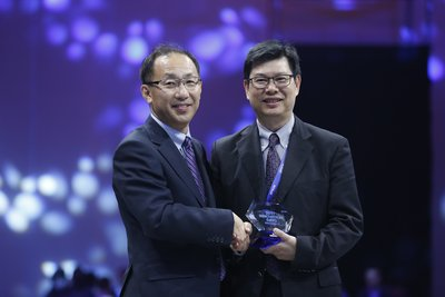 Mr. Alan Chui, Regional President, Sales, China and Korea (right) receiving the 2016 Epson Partner Achievement Award from Mr. Akihiro Fukaishi, President of Epson China Co. Ltd (left).
