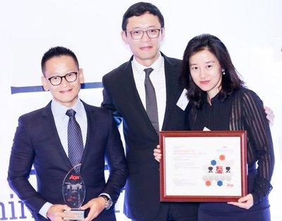 星巴克公司首席运营官蔡德粦(左)和人力资源副总裁位晨(右)代表公司领奖