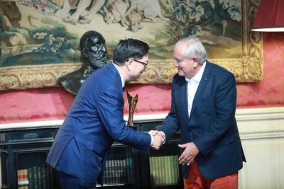 """Former French Prime Minister Jean-Pierre Raffarin presents GuangYuYuan Chairman Guo Jiaxue with an award for """"Most Influential and Innovative International Brand"""" at the 2017 Select Fashion Awards"""