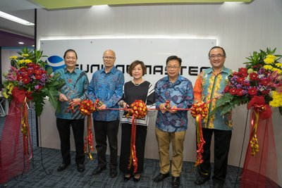 Ribbon cutting to inaugurate the opening of Sunline Master International office. From the left: Eddy Anthony, Jameson Li, Avy Lim, Tjen Sit Fong and Welianto Halim.