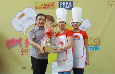 Mr. Vincent Chui, Regional Marketing Director of Lee Kum Kee Malaysia presents prizes to the winners of Round 1