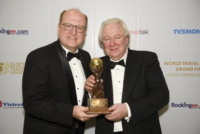Mr. Alexander O. Wassermann (left), General Manager of InterContinental Grand Stanford Hong Kong, together with Mr. Graham Cooke(right), President & Founder of World Travel Awards