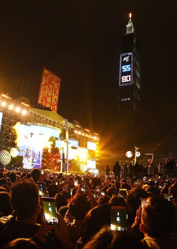 새해 전날, 타이베이 101 T-패드에 등장한 60초짜리 카운트다운 영상에 숨겨진 메시지에 대만 네티즌들이 떠들썩하다! 이 60초짜리 영상의 녹화분도 즉시 입소문을 타기 시작했다.