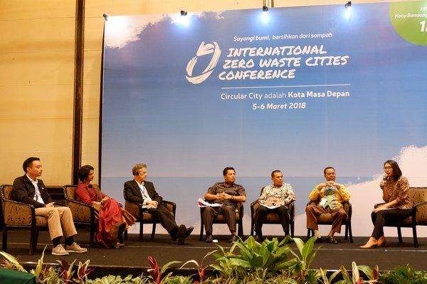 Bupati Bandung, Dadang M. Nasser; Walikota Cimahi, Ajay M. Priatna; dan Asisten Pemerintahan Bidang Ekonomi dan Pembangunan Kota Banjarmasin, Hamdi bin Amak Hasan - berdiskusi tentang reduksi penggunaan tas plastik di IZWCC tanggal 5 Maret 2018 di Hotel Papandayan, Bandung.