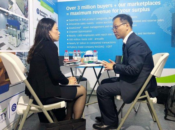 Eric Zhang(右)接受台湾媒体访问