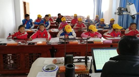 西藏那曲嘉黎县小学的同学们使用华文众合数字书法教室