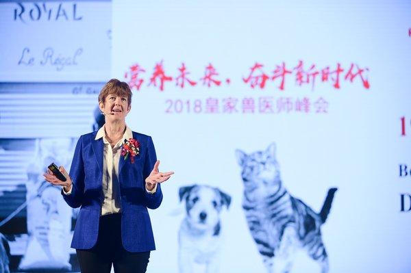 """皇家宠物食品亚太区总裁Sylvia Burbery女士在2018皇家兽医师峰会上发表""""50年的创新合作,共同为犬猫创造一个更美好的世界""""主旨演讲"""