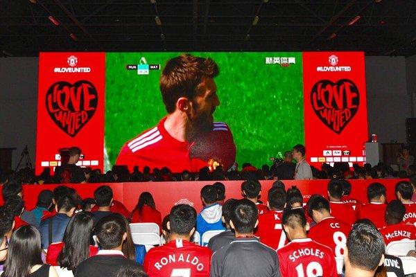 传奇与球迷共同观看比赛直播