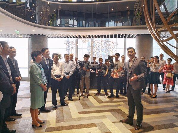 ATLAS 寰图首席执行官陈思烺先生向林郑月娥女士介绍寰图青年之家创业基地