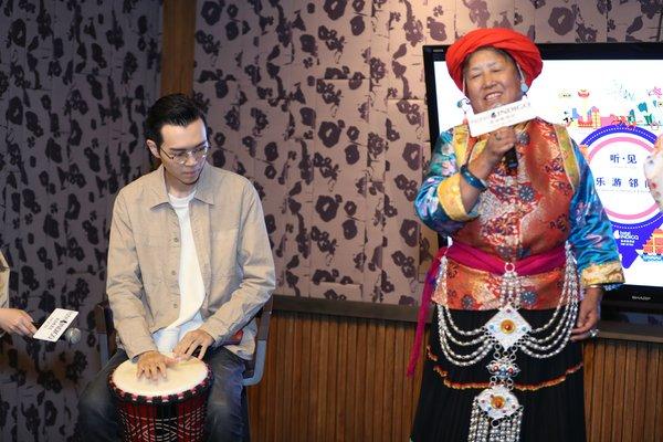 """在英迪格酒店""""听.见乐游邻间""""分享会上,方大同与丽江纳西族表演艺术家互动,并用云南当地特色乐器东巴鼓进行现场表演"""