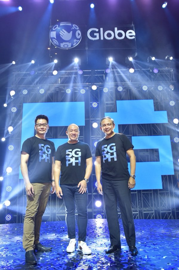 Globe brings 5G technology to the Philippines. Globe President and CEO Ernest Cu (middle), together with Globe Chief Technology and Information Officer Gil Genio (right) and Huawei Southern Pacific Region Chief Strategy and Marketing Officer Lim Chee Siong (left), leads the launch of 5G.
