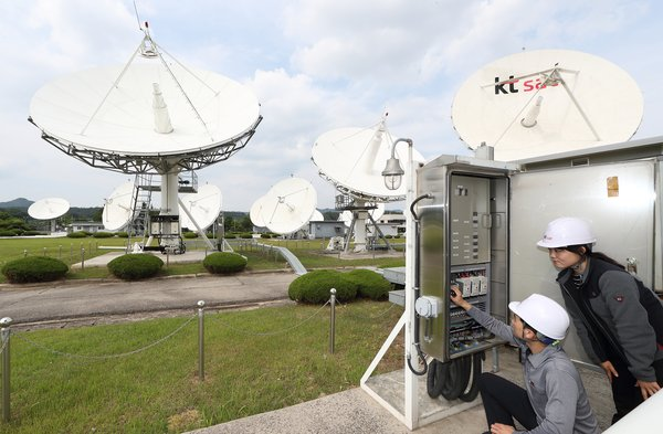 KT SAT employees inspect satellite antennas at the Kumsan Satellite Service Center on June 7.