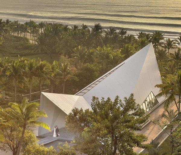 婚礼礼堂 -- 典雅亭,纯白的建筑如天使的翅膀般矗立在沙滩边