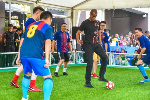 里瓦尔多与华润万家高层进行公益趣味足球赛