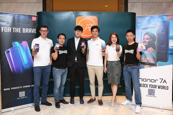 Leaders from honor and Lazada took photos with Thana Chatborirak to celebrate the launch of honor 7A