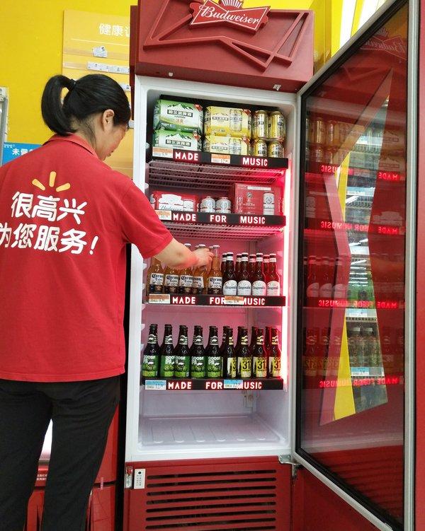 百威品牌专属冰柜进驻沃尔玛门店,沃尔玛为顾客提供冰镇啤酒1小时送到家服务